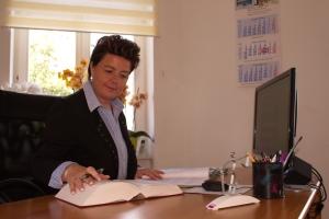 Rechtsanwältin Cornelia Hahn bei der Arbeit